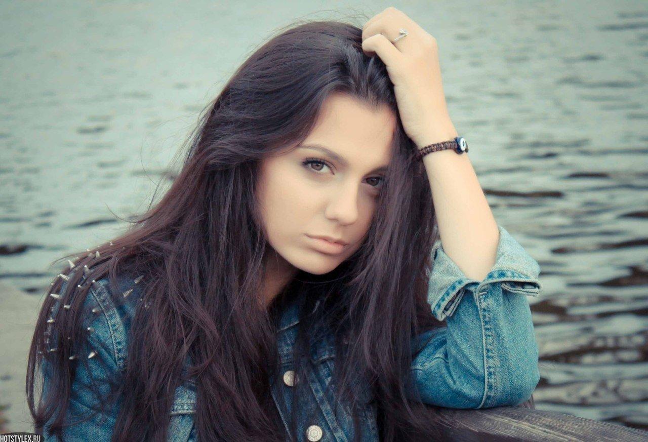 Фото красива брюнетка 19 лет, Очень красивая голая брюнетка на диване (19.) 5 фотография